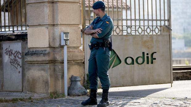 Un agente de la Guardia Civil, esta mañana ante las obras del AVE en La Sagrera