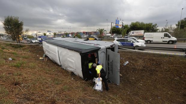 Accidente de un autobús descarrilado hoy en la Ronda Litoral de Barcelona