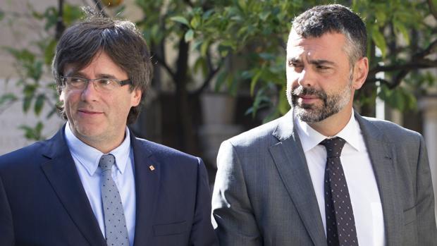 El presidente catalán, Carles Puigdemont, junto a su consejero de Cultura, Santi Vila