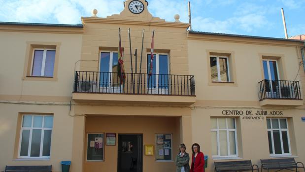La alcaldesa y una concejala, frente al Ayuntamiento de Remondo (Segovia)