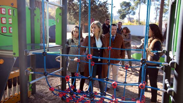 La alcaldesa ha visitado este jueves el parque escolar, acompañada de