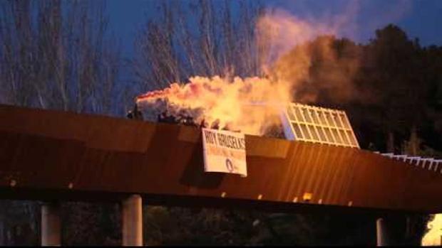 Momento de los disturbios en el puente cercano a la mezquita de la M-30