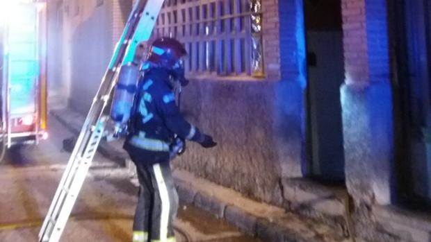 El fuego se produjo en el bajo del edificio, donde hay un taller de fabricación de calzado