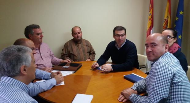 El director provincial de Agricultura durante una reunión con la Agrupación de Regantes Activos