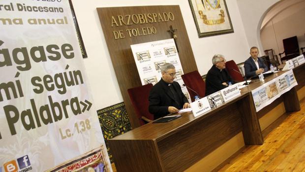 El arzobispo (centro) durante la presentación de las V Jornadas Pastorales