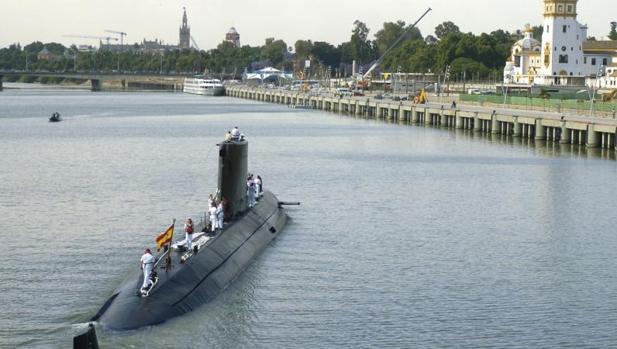 El submarino «Mistral» remontando el río Guadalquivir en Sevilla, en 2006