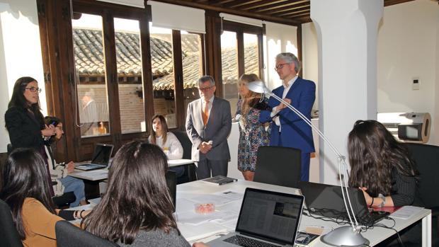 Felpeto, junto a Carlos Rojo y Olga Molina, durante una visita al Colegio de Arquitectos de Toledo