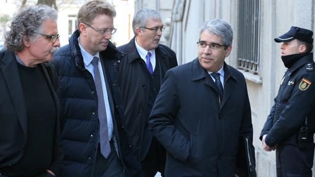 Homs, arropado por políticos independentistas, durante la última jornada del juicio por el 9N