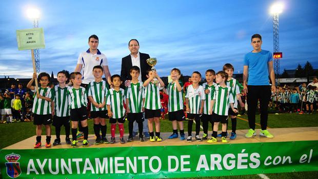 Los campeones de «chupetines», de Argés, con el alcalde, Jesús Guerrero