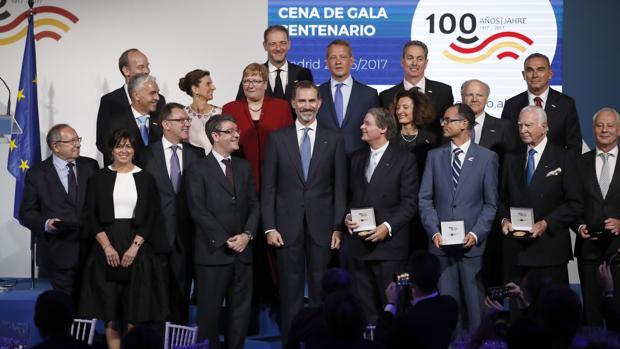 El Rey junto al ministro de Energía, Turismo y Agenda Digital, Álvaro Nadal, y los galardonados por la Cámara de Comercio Alemana en España, en el Círculo de Bellas Artes de Madrid