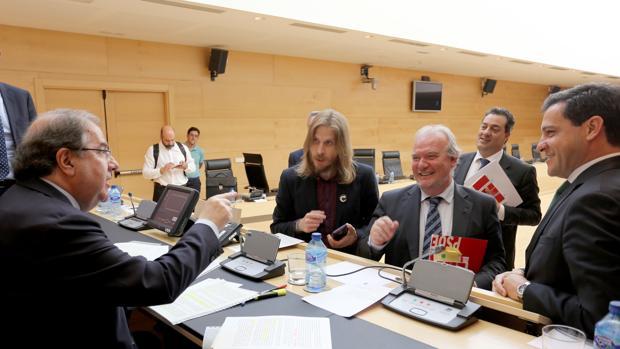 Herrera conversa con Fernández (Podemos), Martín (PSOE), Cruz y De la Hoz (PP) antes de su comparecencia