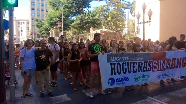 Los dos concejales alicantinos, junto a la cabecera de la manifestación, este domingo