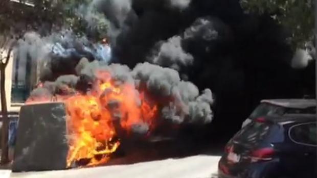 Las llamas devoran el contenedor, en la calle de Claudio Coello