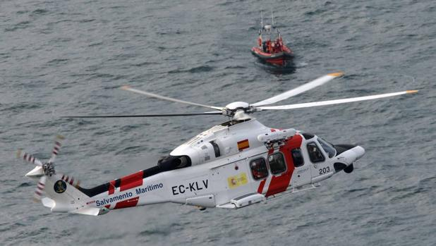 Un helicóptero de Salvamento Marítimo durante un operativo de búsqueda en 2014