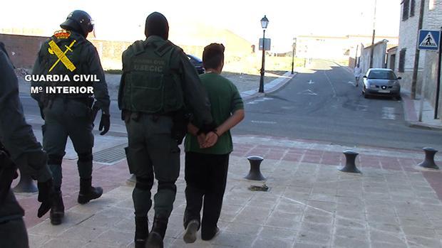 Momento de la detención de uno de los implicados en la localidad de Lominchar