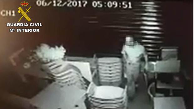 Imagen del ladrón dentro de una de las viviendas captada por una cámara de seguridad