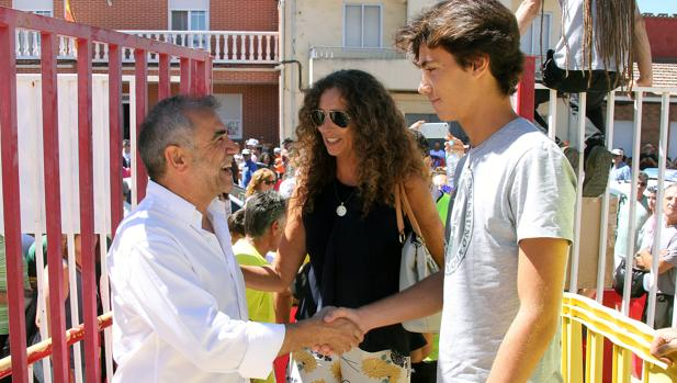 El alcalde de La Bañeza, con la viuda y el hijo menor de Ángel Nieto