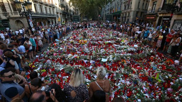 Momento del homenaje a las víctimas de los atentados en Las Ramblas