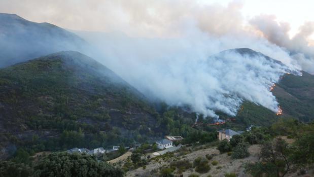 Incendio en la comarca leonesa de La Cabrera