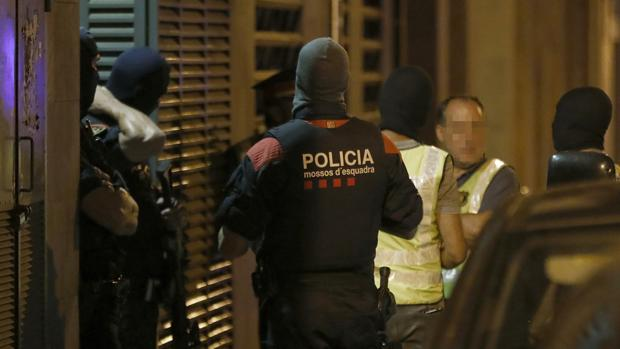 Agentes del GEI de los Mossos, durante el registro a una vivienda de Vilafranca del Penedés (Barcelona)