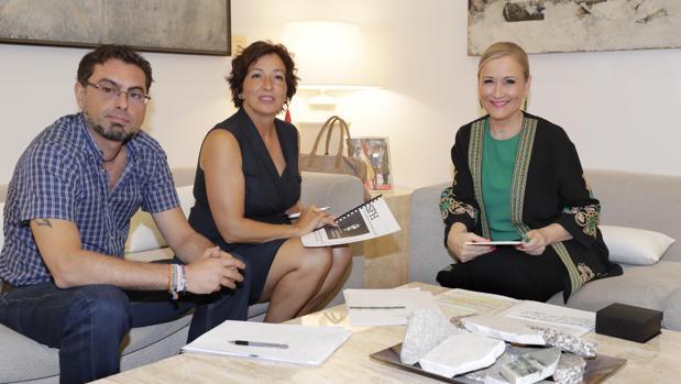 La presidenta Cifuentes, junto a la alcaldesa de San Fernando, Cati Rodríguez, y el primer teniente de alcalde, Joaquín Calzada