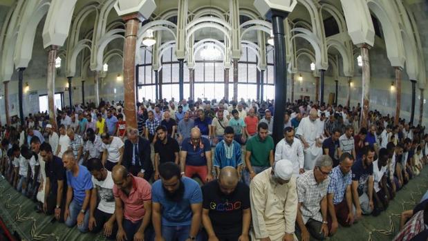 Un grupo de musulmanes rezando ayer en la mezquita del Centro Islámico de Madrid
