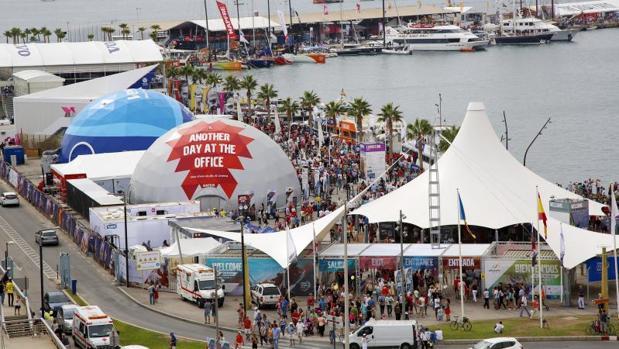 Zona Volvo en el puerto de Alicante, con público en los días previos a la salida de la prueba de vela