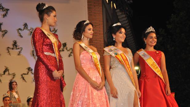 Timisan, segunda por la derecha, junto a su damas de honor