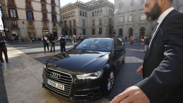 El presidente de la Generalitat, Carles Puigdemont, entra en coche al Palau de la Generalitat