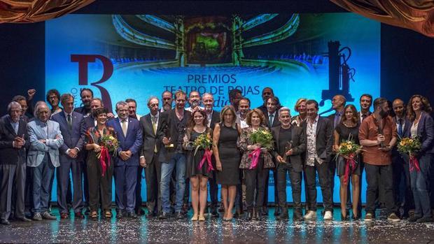 Foto de familia de los ganadores de la edición 2016 junto con las autoridades