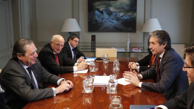 Imagen de archivo de una reunión de De la Serna con Vicente Boluda y Juan Roig en el Ministerio de Fomento