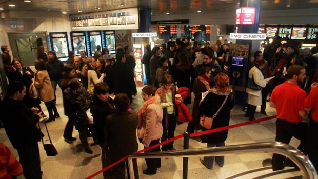Largas colas en los cines madrileños