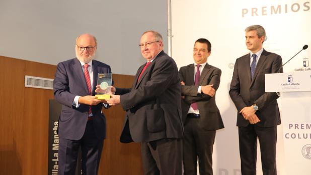 José Luis Bonet, presidente de la Cámara de Comercio de España y del gigante Freixent entrega el premio Columela al periodista César Lumbreras