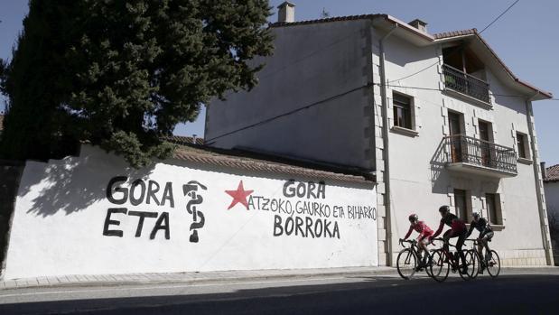 Pintada realizada esta madrugada en la pared de una vivienda de la localidad navarra de Iturmendi