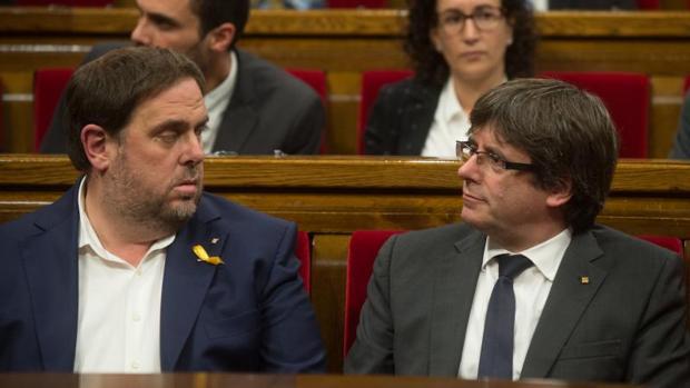 Junqueras y Puigdemont, sentados juntos en el Parlament el día 26