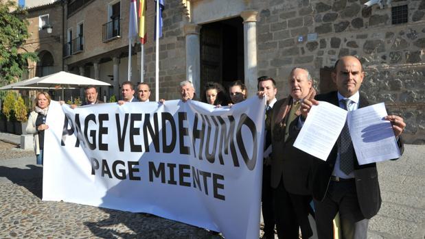 Una decena de alcaldes del PP, ayer, ante el Palacio de Fuensalida. En primer término, el de Los Navalucillos