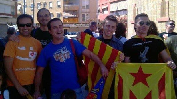 El portavoz de Compromís en Alicante, Natxo Bellido (izquierda) en una manifestación con esteladas