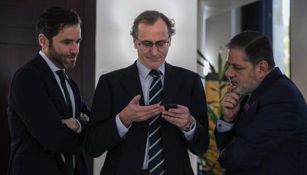 Los parlamentarios del PP Borja Sémper, Alfonso Alonso y Javier Ruiz de Arbulo