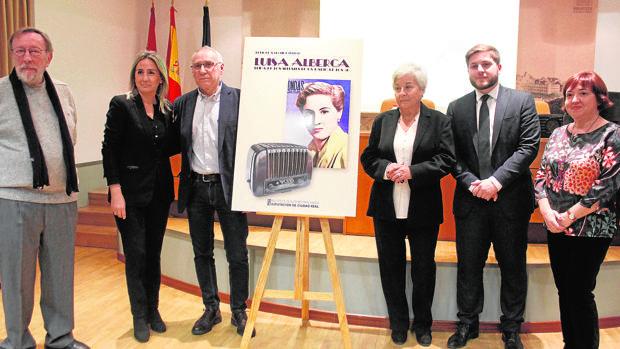 La alcaldesa, Milagros Tolón, y el consejero Portavoz, Nacho Hernando, asistieron, entre otros, a la presentación de libro del periodista Enrique Sánchez Lubián