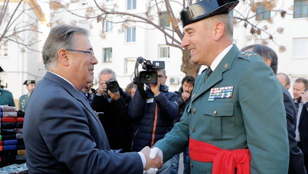 El ministro Zoído saluda a José Hermida, este martes en Valencia