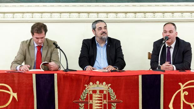 Carlos Aganzo (centro), durante la presentación de su libro en Valladolid
