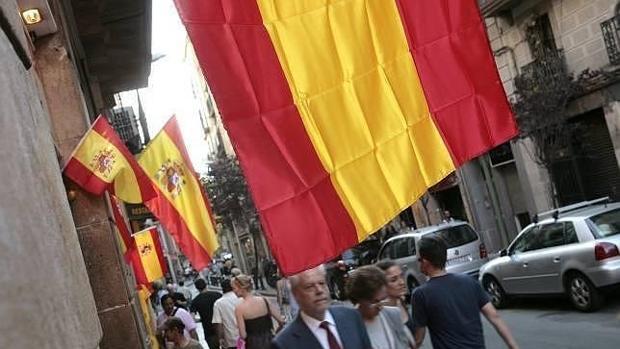 Imagen de archivo de banderas españolas ubicadas en Barcelona
