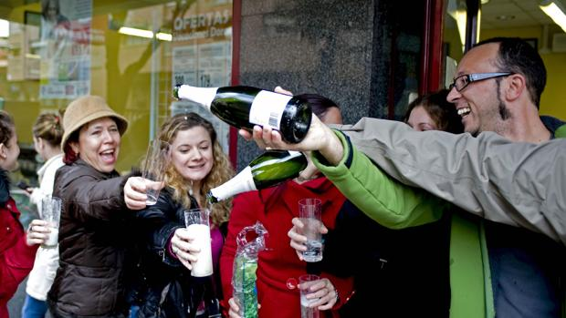 Los agraciados en Toledo con uno de los premios de la Lotería lo celebran