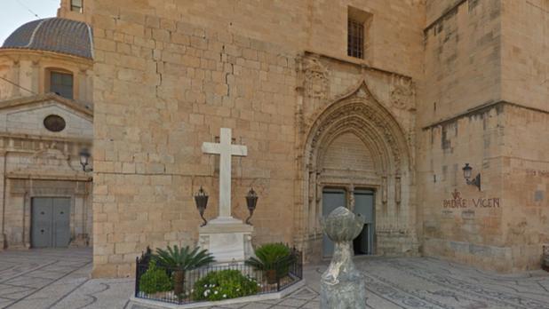 La Cruz de Callosa de Segura, frente a la iglesia