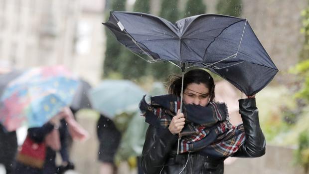 Una joven combate el viento en la capital gallega