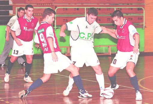 Bargas (de rojo) y Olías del Rey (blanco) vivieron derbis de mucha pasión en la División de Plata. Aquí una imagen de 2001