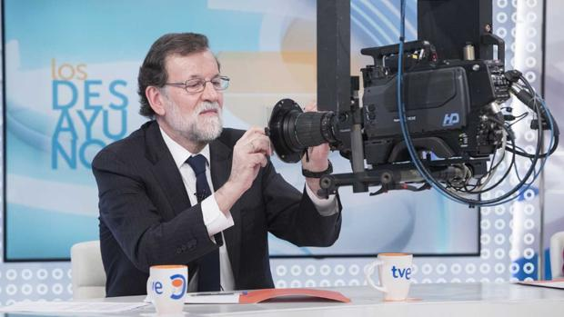 Rajoy firma en una cámara, durante una reciente entrevista en TVE