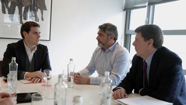 El presidente de Ciudadanos, Albert Rivera, se ha reunido esta mañana en el Congreso con Juan José Cortés y Juan Carlos Quer