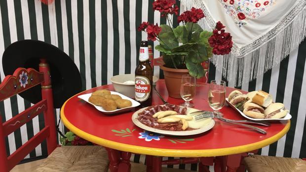 Mesa con algunos de los platos y bebidas que se servirán en el evento