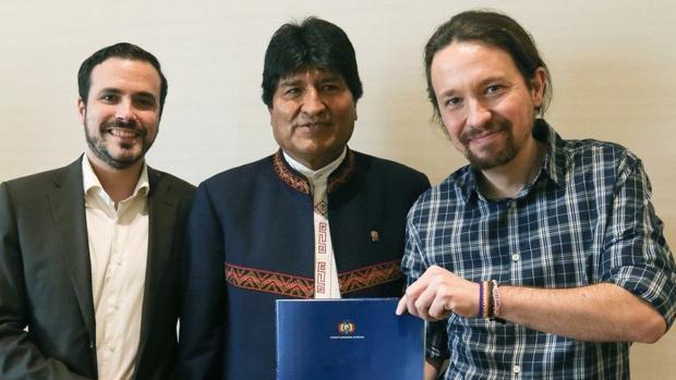 Pablo Iglesias y Alberto Garzón, junto a Evo Morales, que también ganó el Premio Rodolfo Walsh